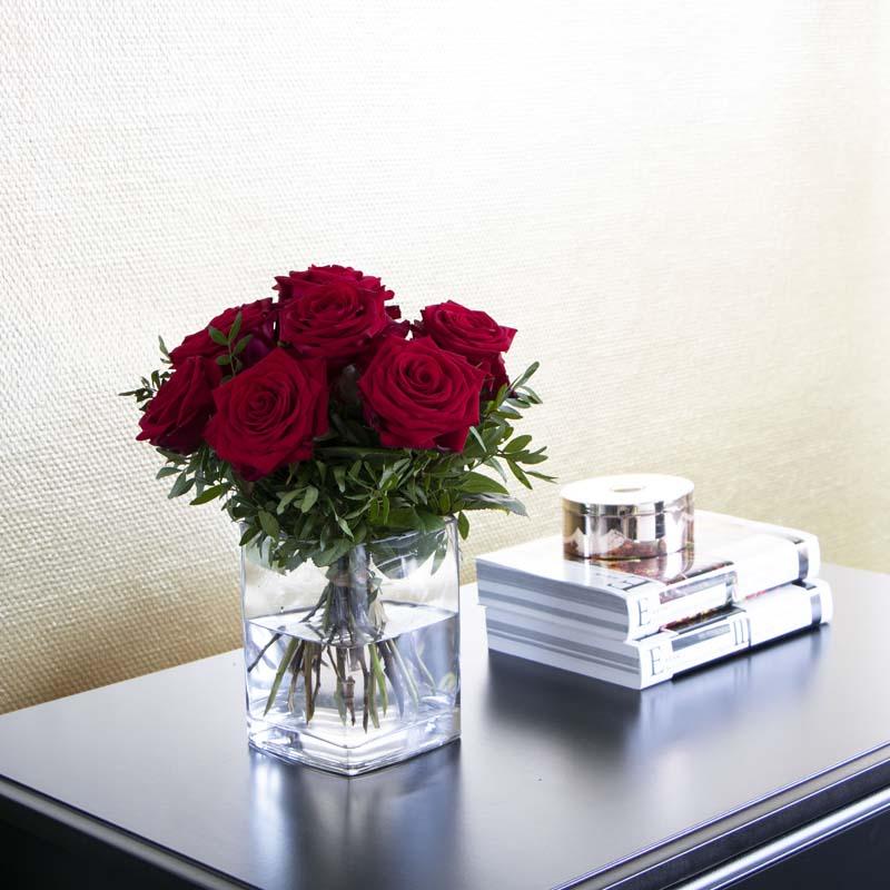 ein rosenstrauß auf einem Tisch
